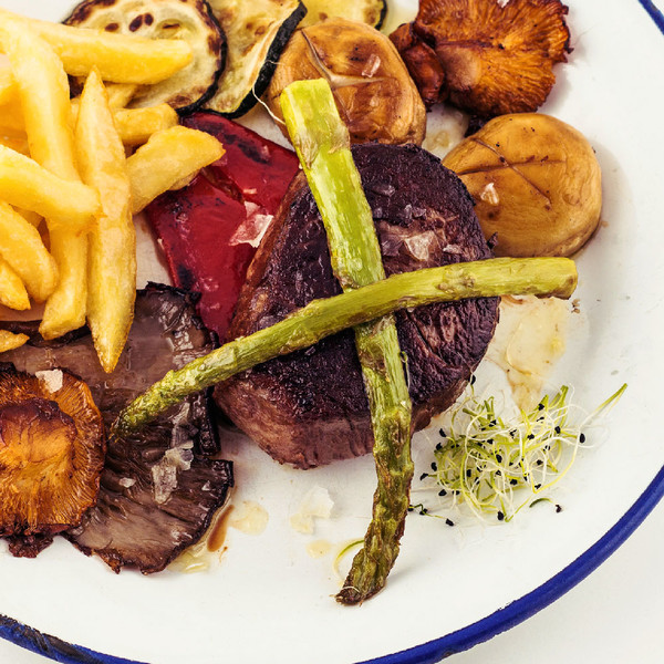 Beef fillet with sauteed wild mushrooms (220 gr. Aprox ) .